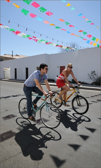 bicycle-photography-cyclovia-spring-11-barrio-viejo-couple